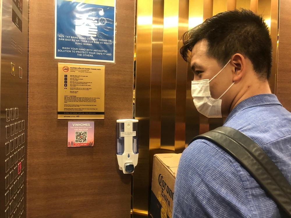 Phòng chống lây lan COVID-19 khi đi thang máy tại Vinh