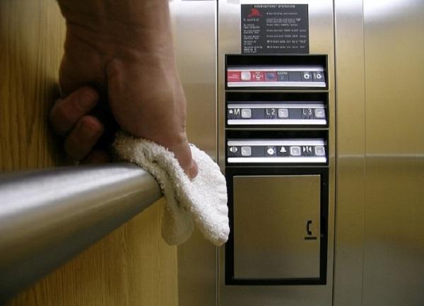 Vệ sinh thang máy đúng cách hạn chế sự lây lan của COVID-19